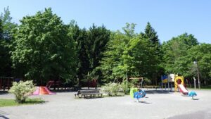 晴れた日の遊具広場