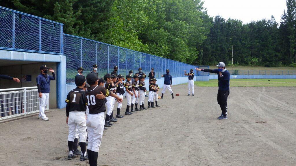 チーム教室 投球動作指導の様子